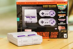 Consola y caja clásicas estupendas de la edición de Nintendo fotografía de archivo
