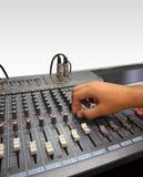Consola y mano del mezclador de sonidos en blanco Fotografía de archivo libre de regalías
