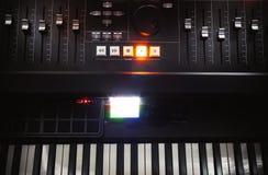 Consola y piano de mezcla imagenes de archivo