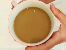 Consolando a xícara de café quente fotografia de stock