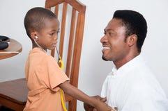 Consolation d'enfant image libre de droits