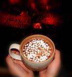 Consolation du chocolat chaud par la cheminée Images libres de droits