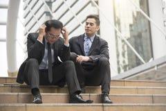Consolation et consultant en matière d'homme d'affaires un chômage d'ami Photographie stock libre de droits