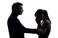 Consolation pleurante d'homme de femme de couples   silhouette Images stock