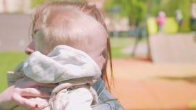 Consolations de maman son fils blond d'enfant en bas âge quand il pleure Vue de mouvement lent clips vidéos