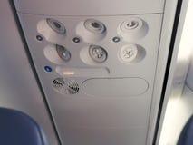 Console aéreo nos aviões de passageiro modernos botão do condicionador de ar e interruptor de iluminação Foto de Stock