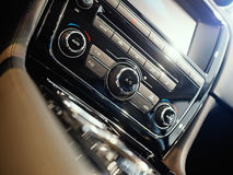 Console centrale d'une voiture de luxe photo libre de droits