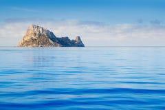 Console de Ibiza Es Vedra na água azul calma fotos de stock