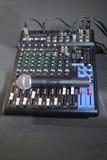 Console de mélange avec les microphones sans fil Image stock