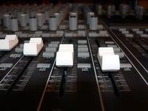 Console de mélange - contrôles de volume de canal Photographie stock libre de droits