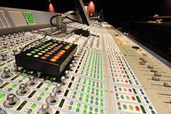 Console de mélange de production sonore de poteau photographie stock libre de droits