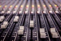 Console de mélange de studio d'enregistrement Photos stock