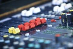 Console de mélange sonore dans un studio d'enregistrement image libre de droits