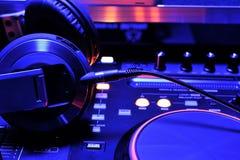 Console de mélangeur du DJ avec des écouteurs Images libres de droits
