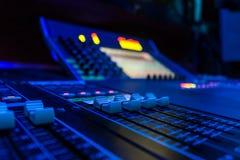 Console de mistura audio profissional da placa do ângulo largo foto de stock