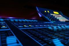 Console de mistura audio profissional da placa do ângulo largo imagem de stock