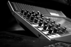 Console de mistura audio profissional da placa do ângulo largo foto de stock royalty free
