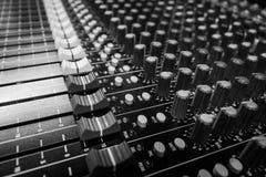 Console de mistura audio profissional da vista lateral imagens de stock royalty free