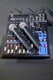 Console de mistura com os dois microfones sem fio Fotos de Stock Royalty Free