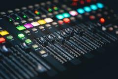 Console di miscelazione di musica del DJ immagini stock libere da diritti