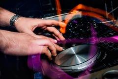 Console di musica con i regolatori per il DJ e le mani Fotografia Stock