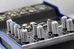 Console do misturador em um close-up branco do fundo imagem de stock
