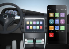 Console dos multimédios do carro sincronizado com o telefone esperto Fotografia de Stock
