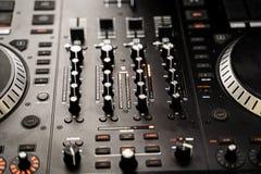 Console du DJ à la partie de nuit pour mélanger la musique images libres de droits