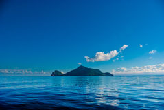 Console pequeno no mar azul Imagens de Stock Royalty Free