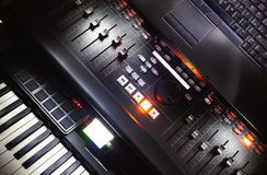 Console, piano et ordinateur portable de mélange image stock