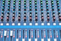 Console profissional do misturador do DJ do ?udio, ferramentas sadias e engrenagem, imagem do equipamento do est?dio, foco seleti imagem de stock