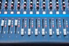 Console profissional do misturador do DJ do ?udio, ferramentas sadias e engrenagem, imagem do equipamento do est?dio, foco seleti imagens de stock
