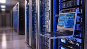 Console Rackmount do diodo emissor de luz no centro de dados da sala do servidor