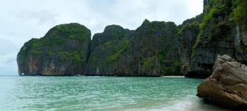 Console remoto tropical no oceano imagens de stock
