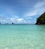 Console remoto tropical no oceano fotografia de stock