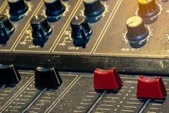 Console sonore de mélangeur sain Bureau de mélange sain Panneau de commande de mélangeur de musique dans le studio d'enregistreme photo stock