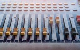 Console sonore de mélangeur sain Bureau de mélange sain Panneau de commande de mélangeur de musique dans le studio d'enregistreme photographie stock