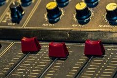 Console sonore de mélangeur sain Bureau de mélange sain Panneau de commande de mélangeur de musique dans le studio d'enregistreme images libres de droits