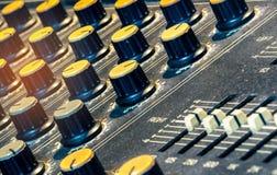 Console sonore de mélangeur sain Bureau de mélange sain Panneau de commande de mélangeur de musique dans le studio d'enregistreme photographie stock libre de droits