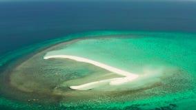 Console tropical com praia arenosa Camiguin, Filipinas filme