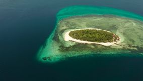 Console tropical com praia arenosa Ilha de Mantique, Filipinas vídeos de arquivo