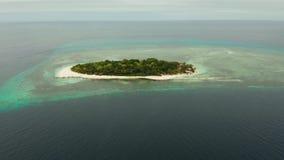 Console tropical com praia arenosa Ilha de Mantique, Filipinas filme