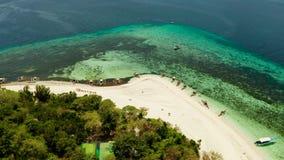 Console tropical com praia arenosa Ilha de Mantique, Filipinas video estoque