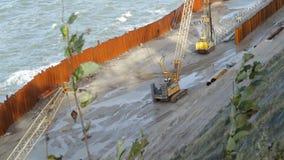 Consolidación de la orilla en el mar metrajes