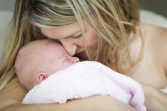 Consolidando a mãe que guarda seu bebê recém-nascido precioso Imagem de Stock Royalty Free