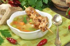 Consommé das aves domésticas com espetos e salsa da galinha Imagem de Stock