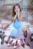 Consommateur avec des chaussures photos libres de droits