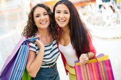Consommateurs avec des sacs à main Images stock