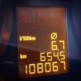 Consommation électronique d'odomètre et de carburant de tableau de bord de voiture photographie stock libre de droits