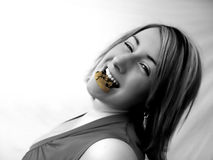 Consommation d'un biscuit images stock